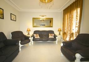 Sala de estar con sillones tapizados en color negro