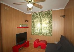 Sala de relax con televisor de plasma