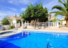 Vistas de la piscina y el jacuzzi en los exteriores
