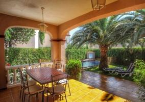 cceso por las zonas del porche con mesa y sillas