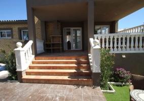 Vistas de la entrada al porche con escaleras
