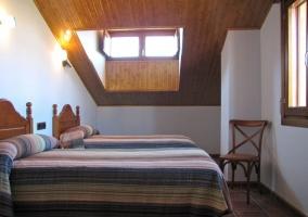Habitación blanca doble con ventanas altas