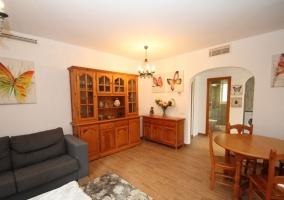 Sala de estar con mesa redonda en un lado y sus sillas