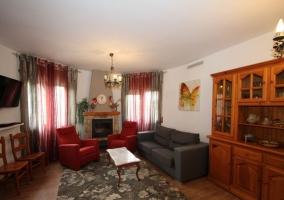 Sala de estar en grises y rojos con alfombra