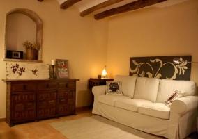 Sala de estar con mesa de madera y piedra en la pared