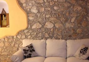 Sala de estar con muebles de madera y cuadros