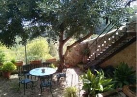 Acceso a la terraza con mesa y sillas