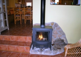 Sala de estar con detalles en madera y una estufa