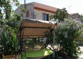 Acceso a la casa con patio decorado en sus exteriores