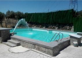 Acceso a las zonas exteriores de la casa con espacios de relax