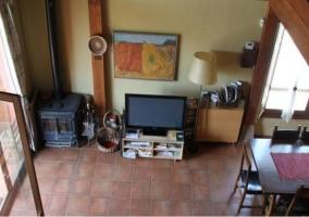Sala de estar con chimenea y televisor