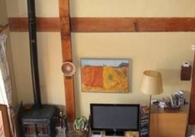 Sala de estar con televisor de plasma junto a la chimenea