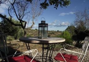 Vistas de la terraza y farolillo en la mesa