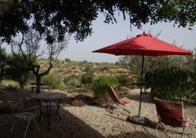 Vistas de las terrazas con sombrilla roja