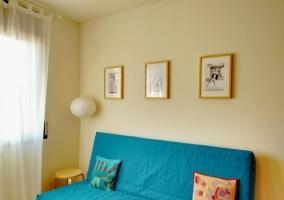 Sala de estar con mueble blanco y detalles de troncos