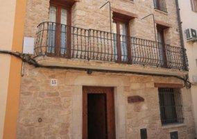 Acceso a la vivienda con vistas de la puerta original