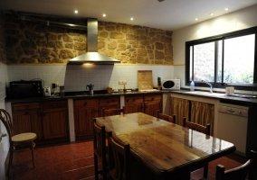 Cocina amplia con frontal de piedra