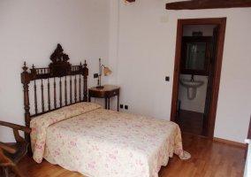 Dormitorio de matrimonio amplio y su aseo integrado