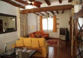 Sala de estar con sillones y detalles en amarillo y naranja