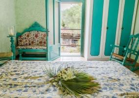 Dormitorio con cuadro y techos de madera pintados