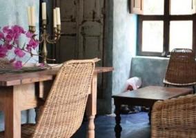 Sala de estar con pared de piedra y mesa de madera