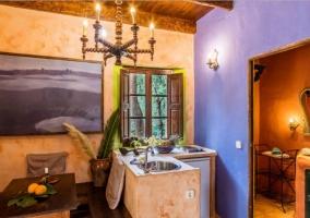 Sala de estar con las paredes de piedra y cuadro