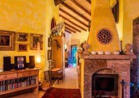 Sala de estar con alfombras y ventanales