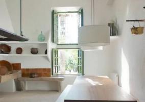 Sala de estar y comedor con mesa alargada y sillas de madera