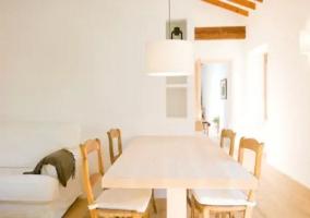 Sala de estar con estufa y vigas de madera