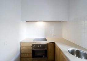 Sala de estar y comedor con ventilador de techo y vigas de madera