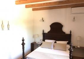 Doble con la cama de matrimonio y mesillas