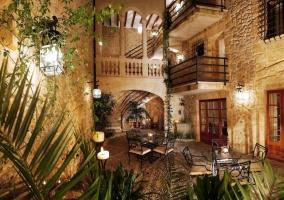 Acceso al hotel por un patio