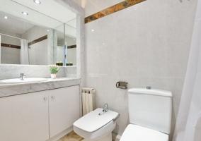 Aseo de la casa con espejo y sanitarios