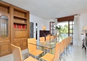 Comedor con mesa de cristal y sillas