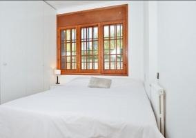 Dormitorio de matrimonio con colchas en blanco