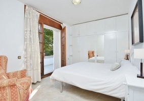 Dormitorio de matrimonio con salida a la terraza