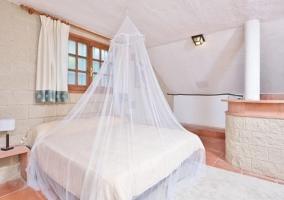 Dormitorio de matrimonio con ventana y cortinas
