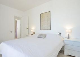 Dormitorio de matrimonio en color blanco y luce