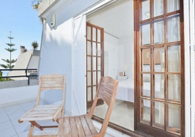 Dormitorio de matrimonio en color blanco y terraza