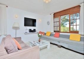 Sala de estar con televisor de plasma y sillones