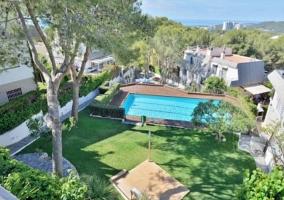 Vistas de las zonas verdes con piscinas