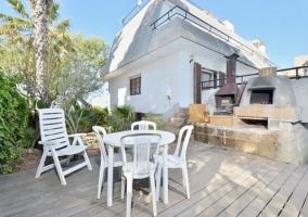 Vistas del porche con mesa y sillas de exterior
