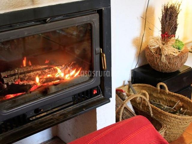 Hermosa y cálida chimenea en el salón