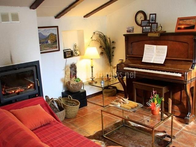 Salón con el piano y chimenea
