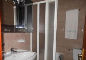 Cuarto de baño con plato de ducha alto
