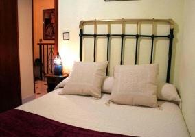 Dormitorio con cama de matrimonio y cojines
