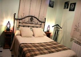 Dormitorio de matrimonio con galán de noche