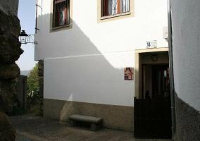 Entrada a la casa con fachada blanca
