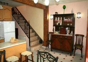 Vista de la barra de la cocina con escaleras y mueble