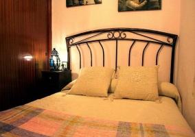 Vista frontal de la cama de matrimonio